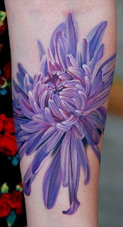 Tatuagem realista de flor