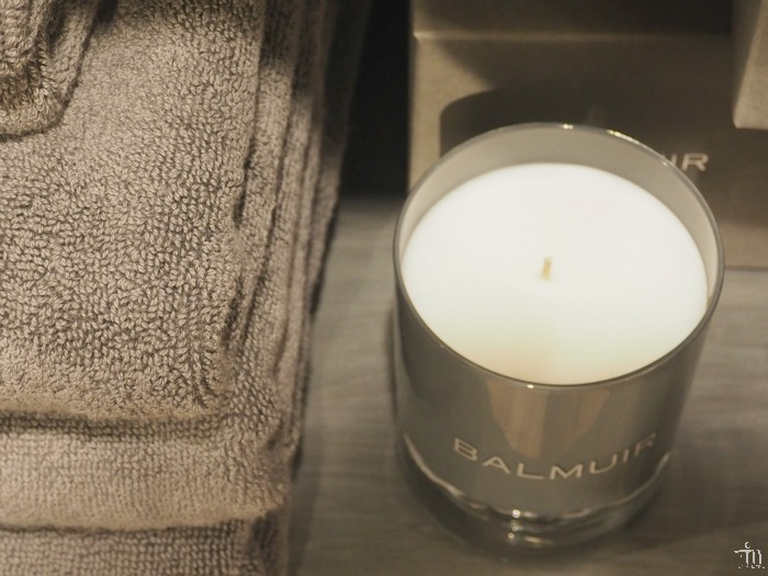 balmuirin harmaanruskeat pyyhkeet ja kynttilä