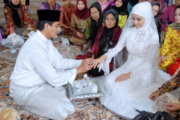 gambar lisa surihani nikah kahwin disarungkan cincin oleh suami