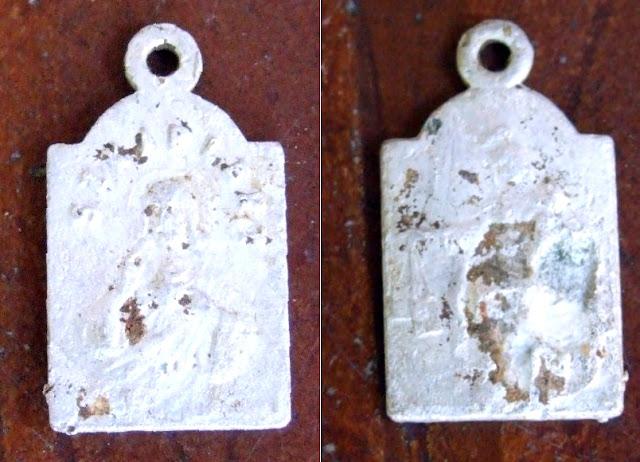 Szkaplerz jednej z ofiar egzekucji odnaleziony na leśnej polanie (awers i rewers).