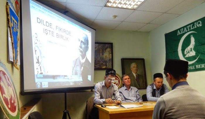 За столом слева направо: Наиль Набиуллин, Рафаэль Мухаметдинов и имам Гумар хазрат