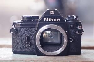 Nikon EM tampak depan