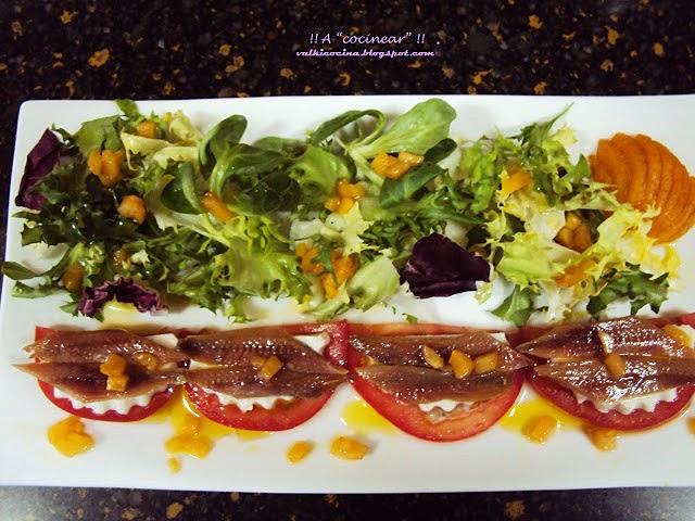 Ensalada de queso fresco y anchoas con vinagreta de frutas
