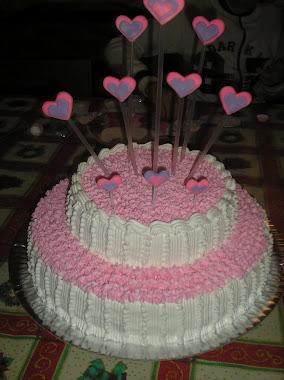 bolo enfeitado com corações em biscut