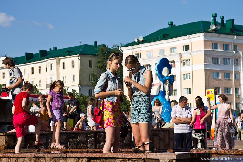 Девушки в фонтане фотографируются
