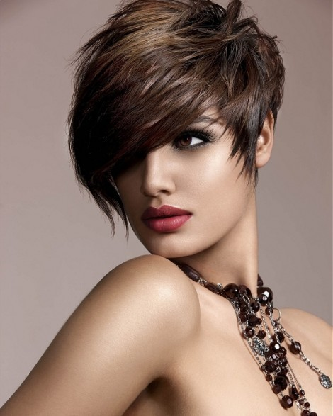 en segundo lugar tenemos un peinado muy sensual consiste en alisar el cabello con secador peinando los pelos hacia delante