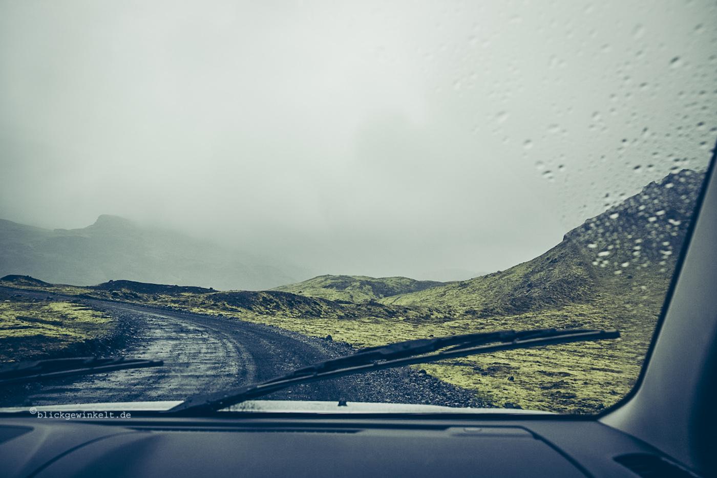 Dunkelgraue Wolken vor Autofenster