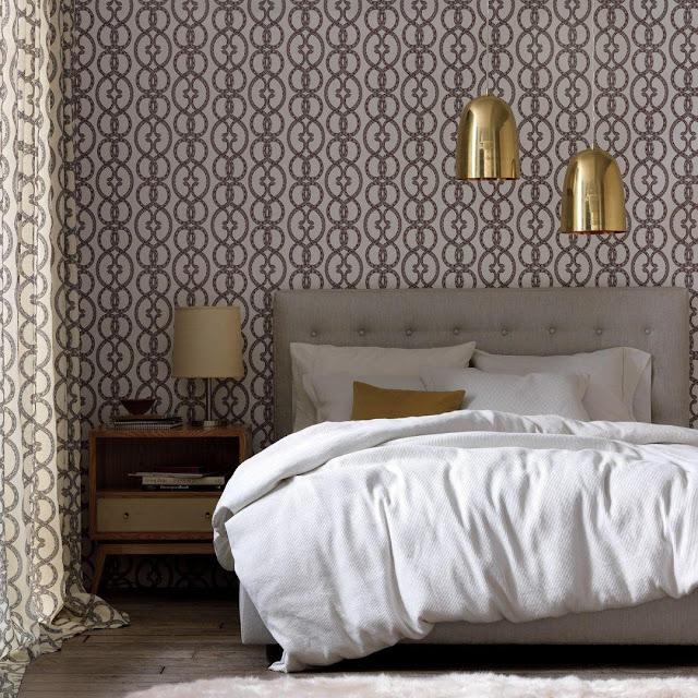 Schlafzimmer - gerne übersehener Raum in der Einrichtung: mit aufregender Tapete und Stoffe unterschiedliche Möbel zu einer Einheit formen