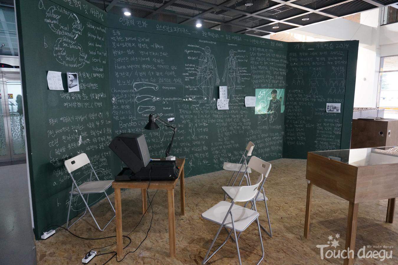 An installation artwork of Yoo Mok-yon in the lobby of Daegu Art Factory