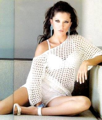 Alessandra Rosaldo posando de blanco
