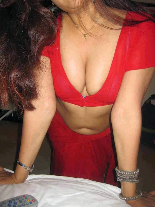 Indian Cleavages & Sexy Boobs indianudesi.com