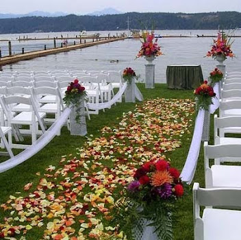 Dahlias decorate an Alderbrook wedding