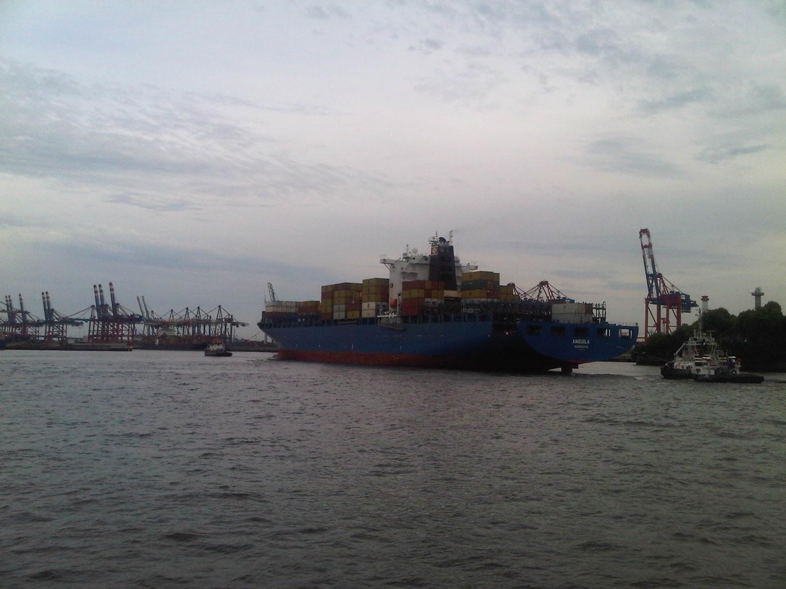 Container-Frachter ANGUILA wird durch den Hamburger Hafen geschleppt