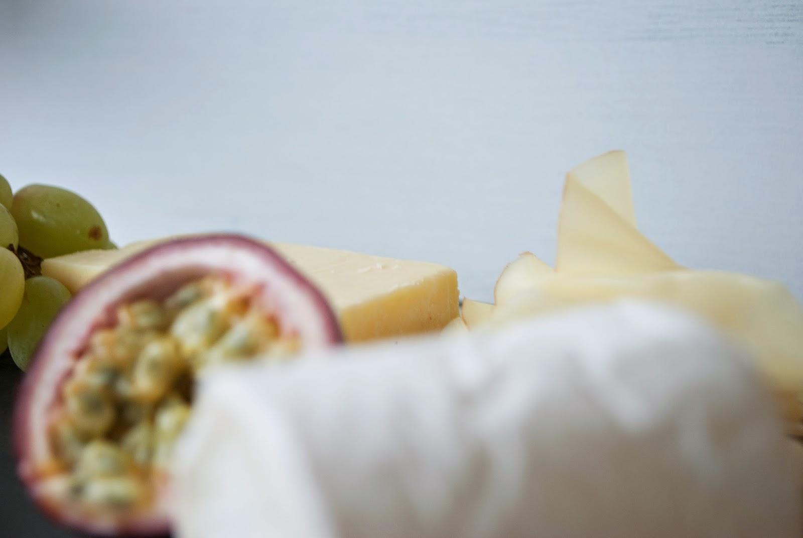 Dinner: Cheese and Wine Käse Wein Cabernet Sauvignon Cracker Trauben Passionsfrucht Gorgonzola Cheddar Ziegenkäse Ziegenkäserolle Edammer leicht lecker Dinner Freunde Abendessen Feiertag the good life entspannt Hupsis Serendipity Lifestyle Leben Lebensart gemütlich Wochenende Feiertag