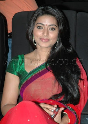 Sneha looks Sexy in Saree