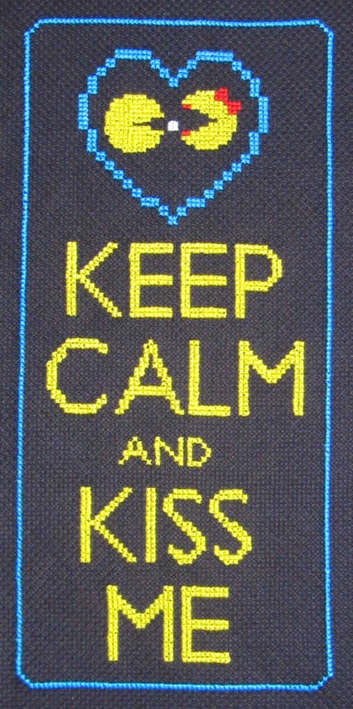"""Keep calm and kiss me"" de punto de cruz con Packman"
