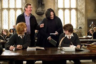 Alan Rickmans kollegaer beskriver ham som den sjoveste sødeste mand. Når man ser hans smil på dette behind-the-scenes fra Harry Potter, er man slet ikke i tvivl