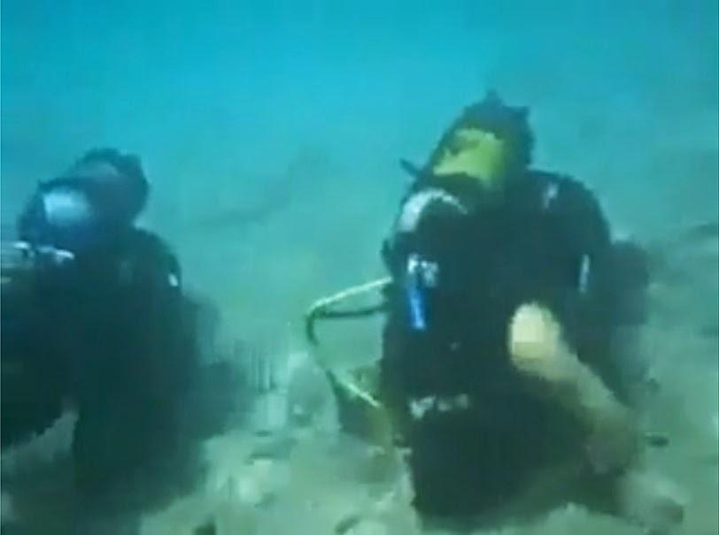 قوات الكوماندوز يؤدون الصلاة في قاع البحر