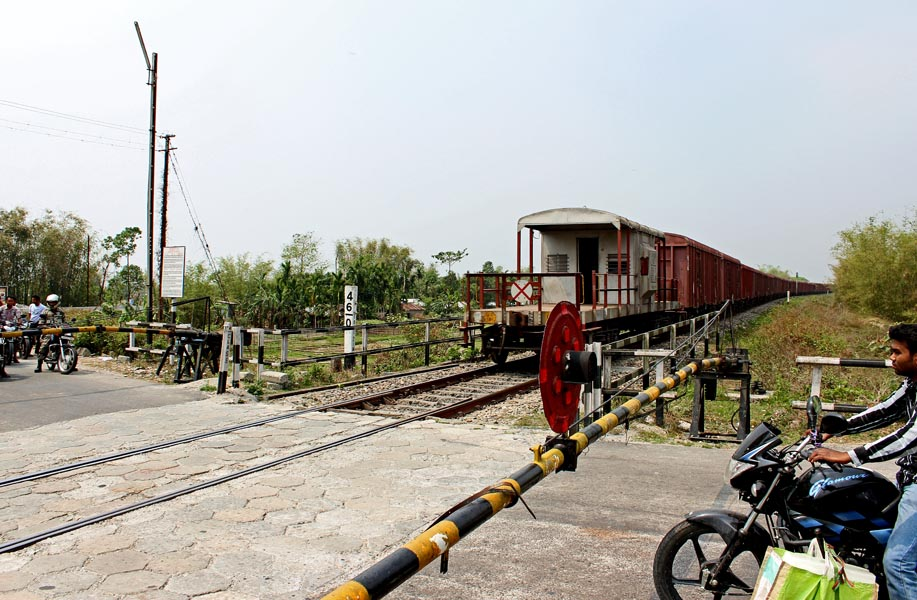 unmanned railway gate essay Thrust is on for construction of rail overbridge, rail underbridge and manning the unmanned level crossings to prevent accidents, the official said as a temporary measure, the railways has deployed gate mitras (gate counselors) on contractual basis at vulnerable unmanned level crossings.
