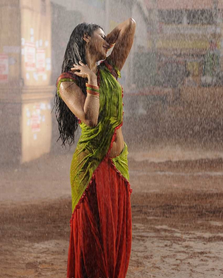 Shruti Hassan in Wet Boobs Pics