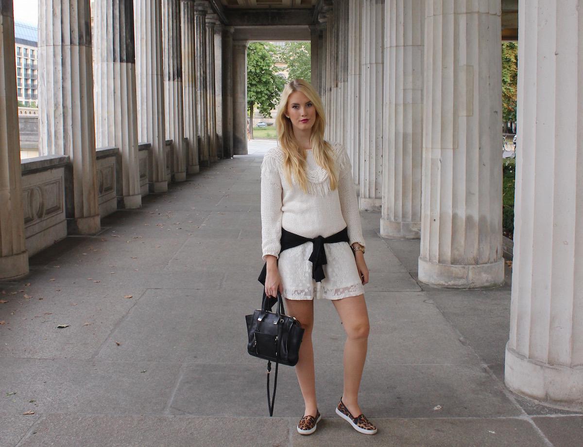 TheBlondeLion Fashionblog Outfit Howtostyle Strickpullover Lagenlook Spitzenkleid Leo Slip Ons