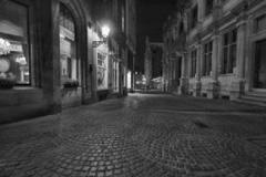 Huyendo por las calles nocturnas de una ciudad