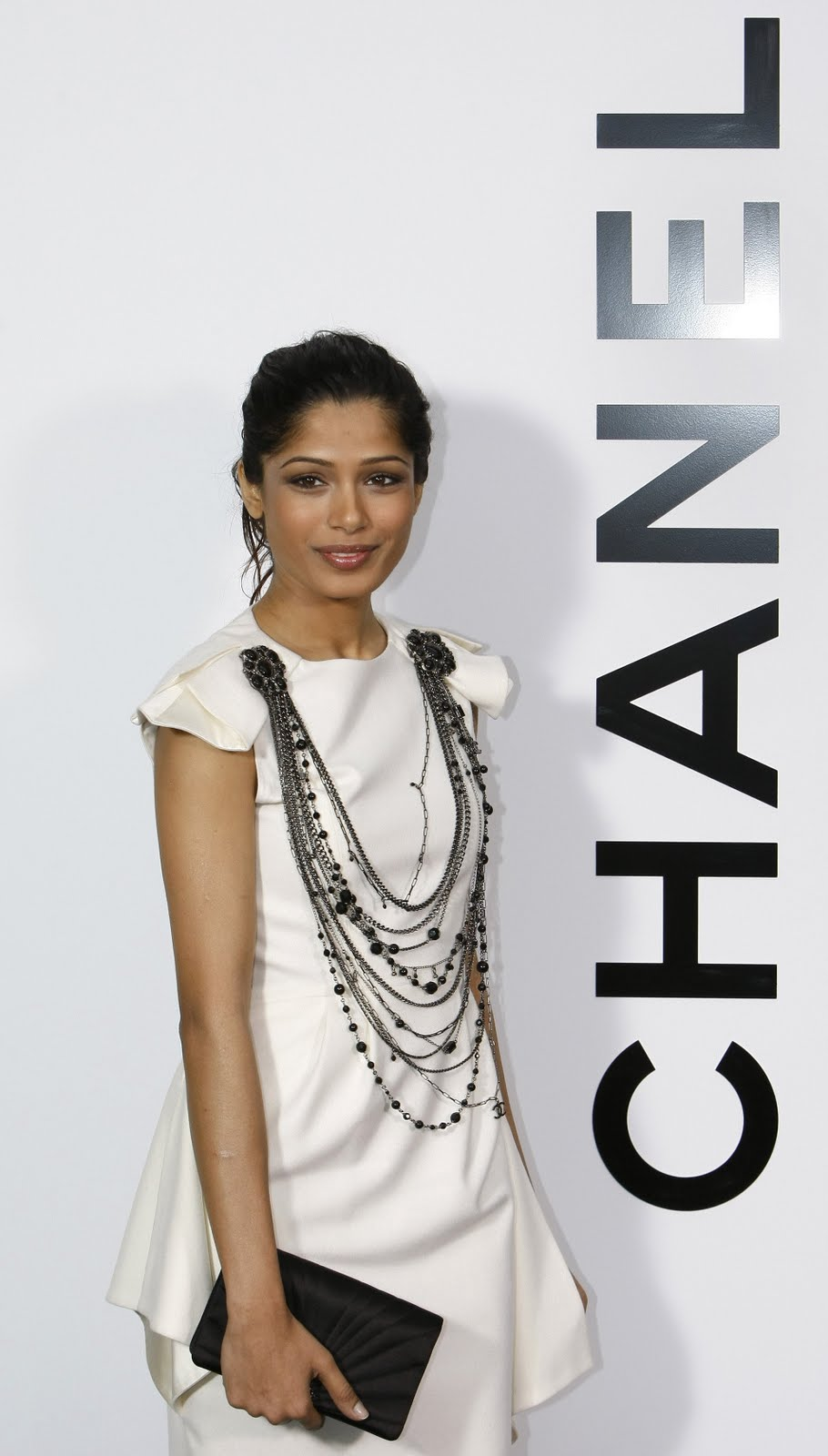 freida pinto sexy candid photo 01