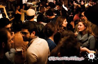 4. En Le Petit Vasco corren los pichets de cerveza durante el concierto del jueves. Todos sus habituales se han dado cita por el festival Culture Bar-Bars.