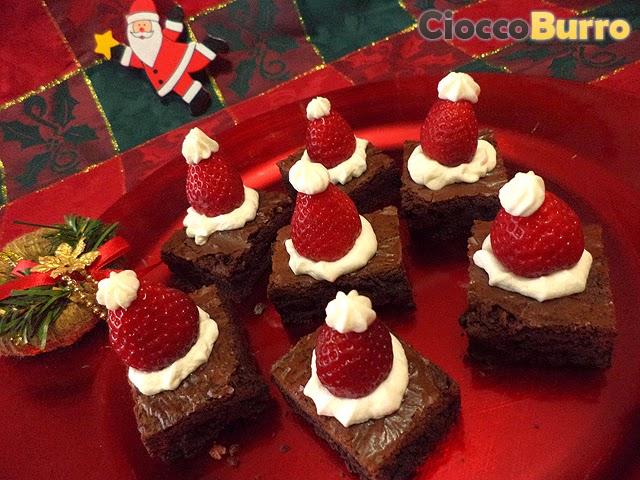 cappellini di babbo natale brownies (santa claus' christmas hat brownies)