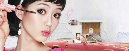 chica coreana maquillandose