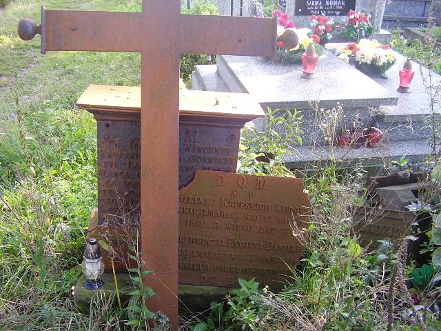 Lipa, gm. Ruda Maleniecka - zabytkowe nagrobki na cmentarzu parafialnym. Fot. Łukasz Antosik