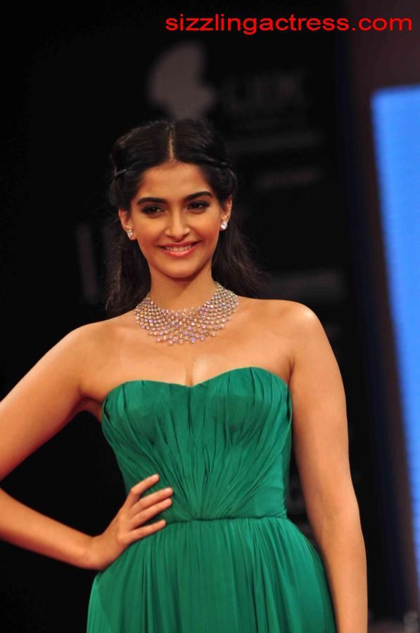 Sizzling Actress Hot Sonam Kapoor Bulging Boobs And Cleavage Pictures