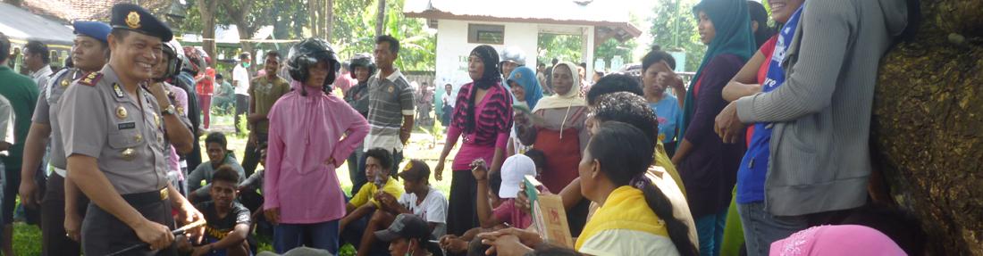 Kapolres Dompu sedang bercengkrama dengan warga yang sedang berdemo di kantor Camat Woja