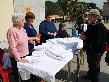 Entrega de samarretes a la Plaça del Pi Tallat