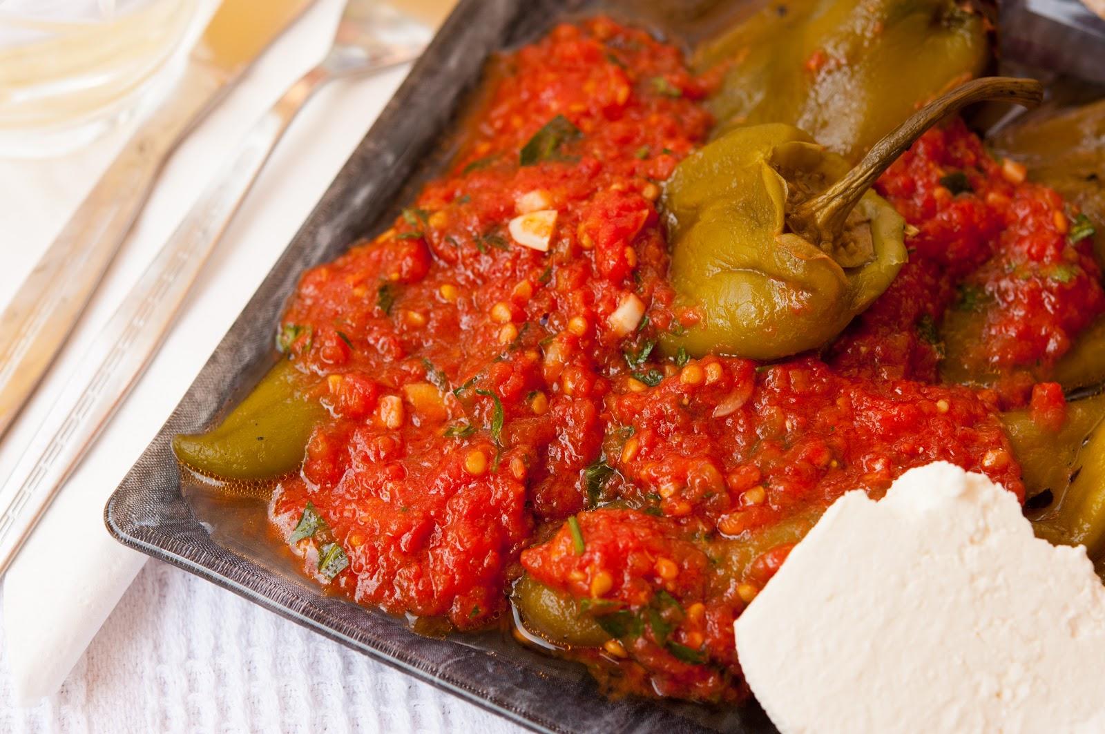 Печени чушки / печени пиперки с доматен сос