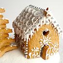 Maison en pain d'épices et biscuits décorés pour Noël