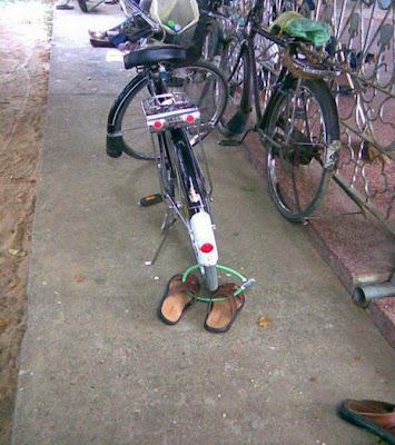 prender os chinelos na bicicleta