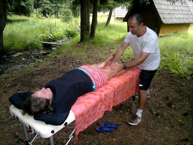 Maseur la evenimentul Depăşeşte-ţi Limitele, ediţia a 2-a, desfăşurat pe Transalpina. O excursie frumoasă la munte. Masaj sportiv de recuperare după efort, terapeutic, de relaxare. Obârşia Lotrului 01