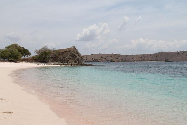 Pantai Merah: Hamparan pasir merah muda setelah ombak menerjang