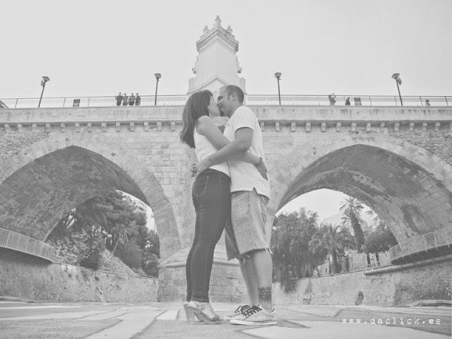 debajo del puente del río novios besándose