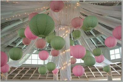 aqu te presentamos un techo decorado con paos de tela blanca pero adems con pantallas chinas de colores verdes y rosado