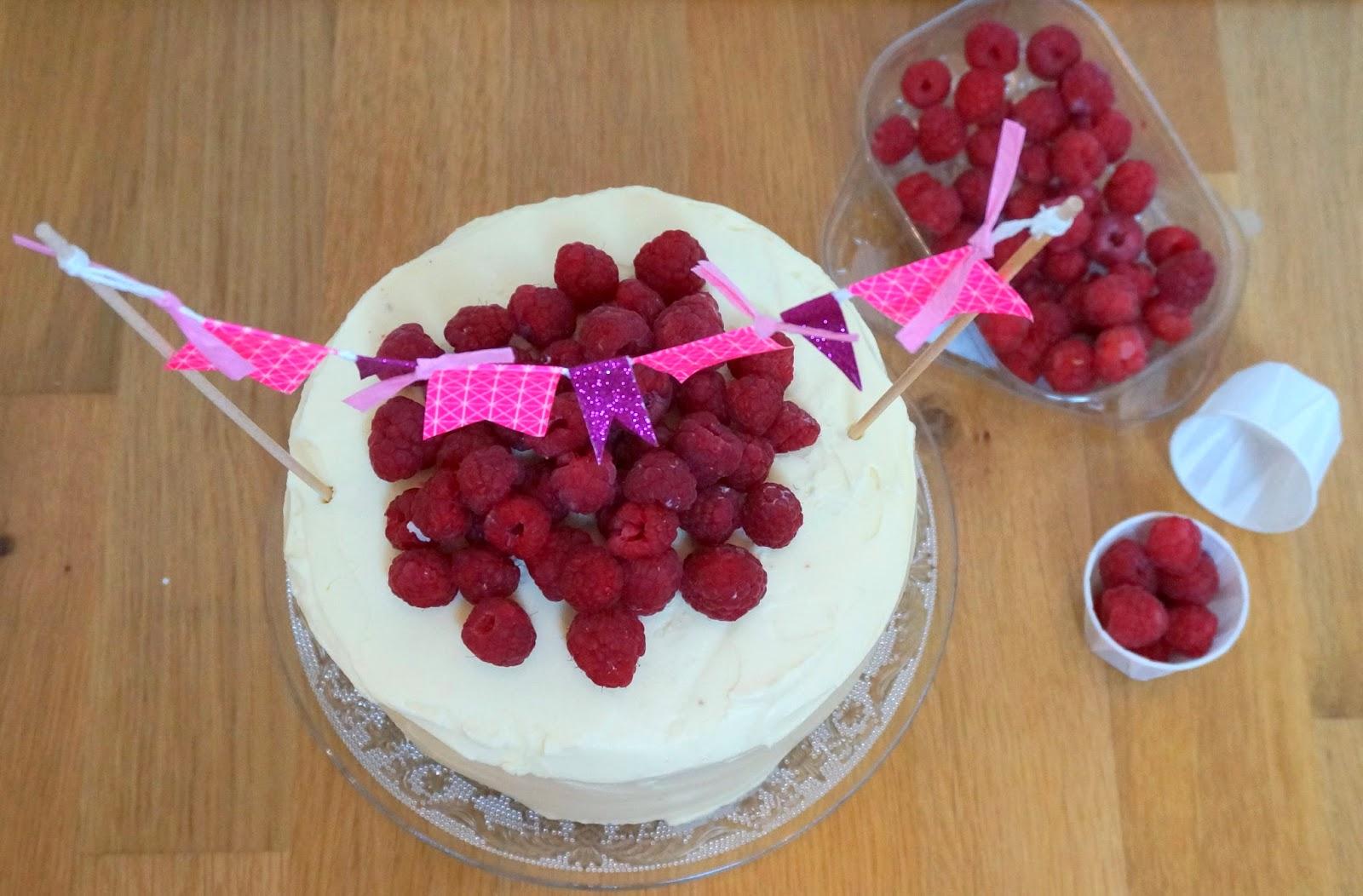 Birthday cake, Torte mit weißer Schokolade, Himbeertorte,