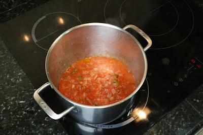 Preparación de sofrito para fideos con pescado