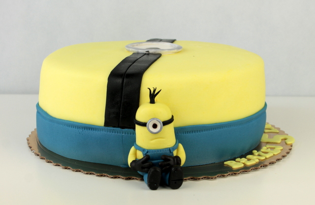 tort z minionkami