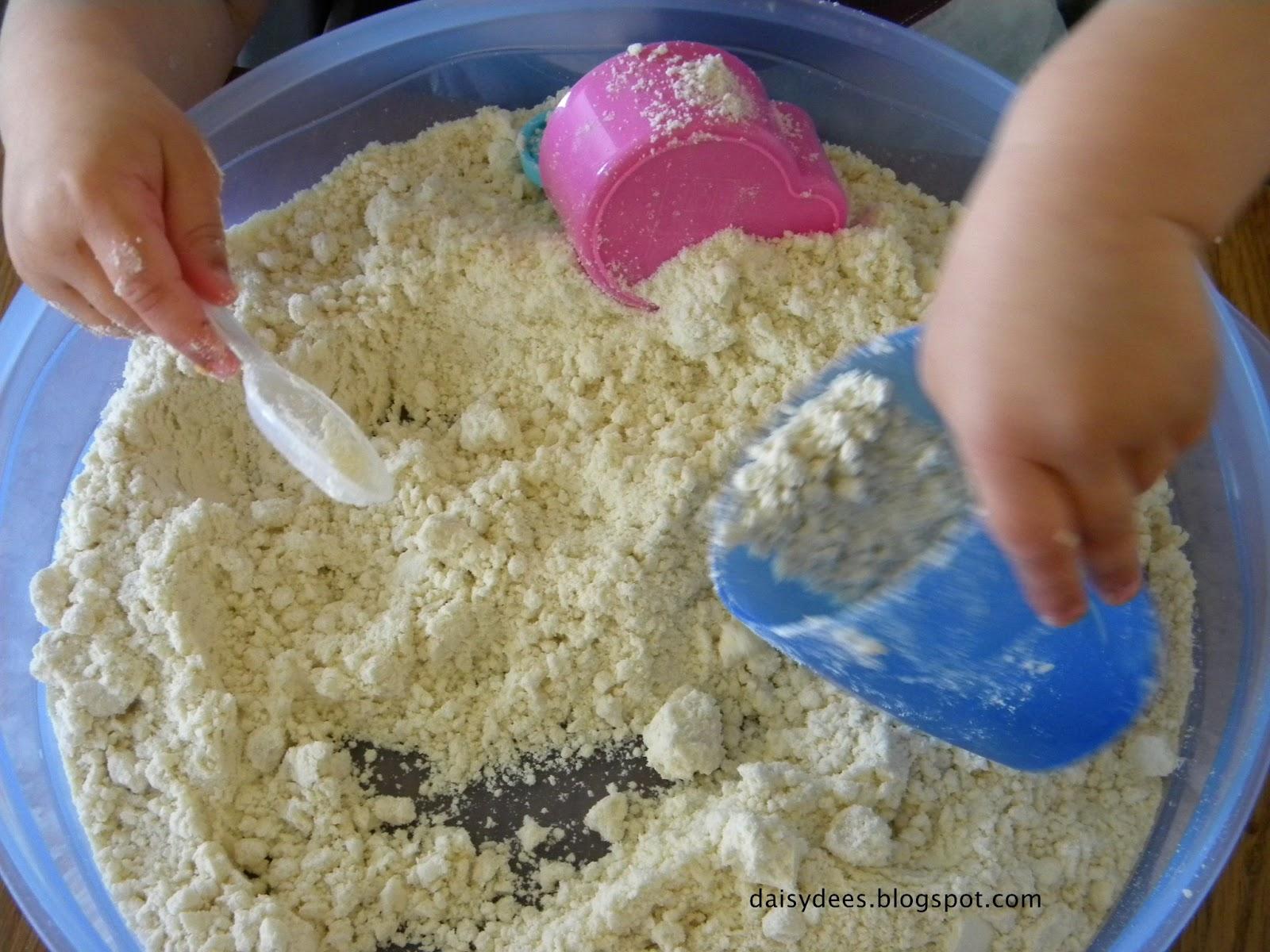 daisyd es effet sable mouill avec de la farine pour enfants. Black Bedroom Furniture Sets. Home Design Ideas