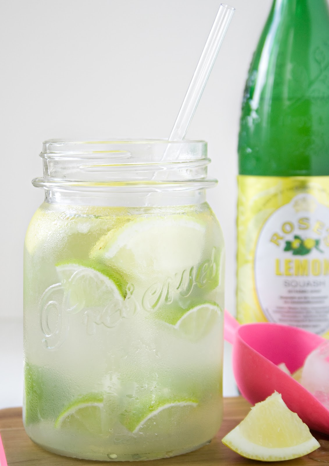 Lemon Cooler mit Rose's Sirup