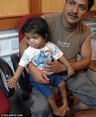Garoto Indiano nasce com 34 dedos e bate o recorde mundial.