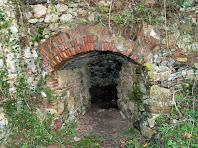 Detall de la boca d'entrada al Forn de calç de la Menera