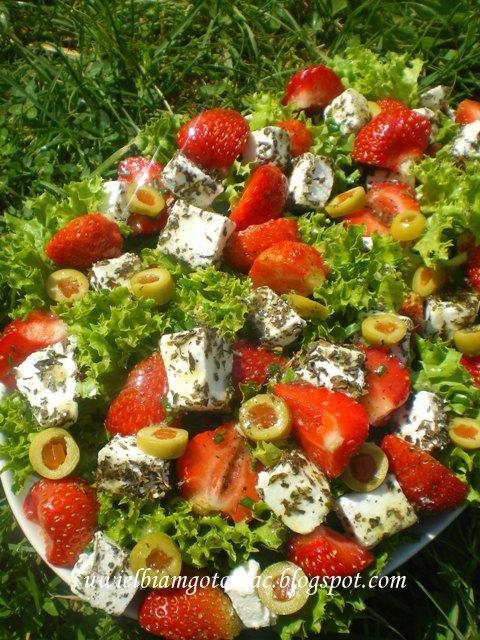 Miętowa sałatka z truskawkami, fetą i oliwkami
