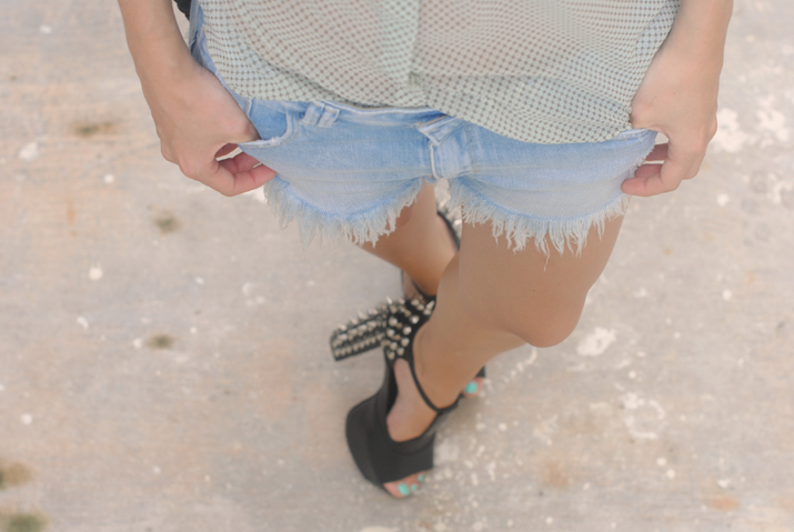 Look for festival at fashion blog, Mexico: headband, denim shorts and studded shoes